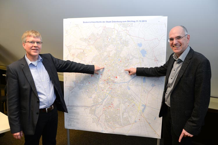 Lutz Mannhaupt und Holger Seifert informierten über die Bodenrichtwerte und Grundstückspreise in Oldenburg.