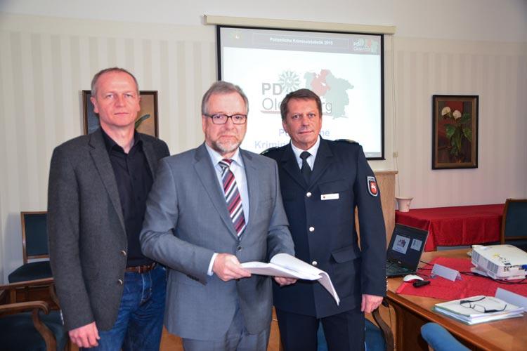 Polizeioberrat Thomas Kues, Polizeipräsident Johann Kühme und der Polizeivizepräsident Bernd Deutschmann stellten die Kriminalstatistik der Polizeidirektion Oldenburg für das Jahr 2015 vor.