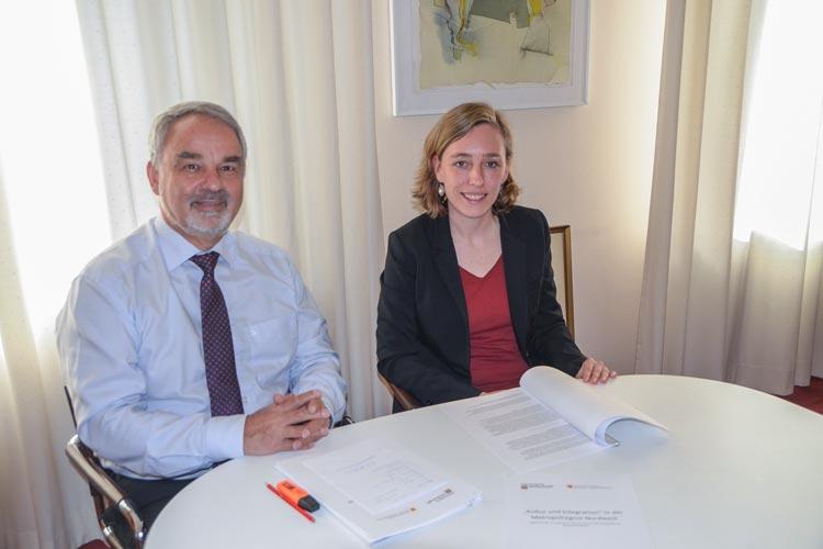 Jessica Leffers und Landschaftspräsident Thomas Kossendey stellen in Oldenburg die Bestandsaufnahme Kultur und Integration vor.