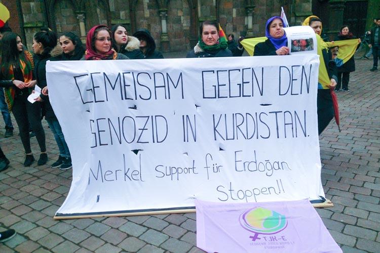 Rund 150 Kurdinnen und Kurden demonstrierten heute in Oldenburg gegen die Verbrechen an der Menschlichkeit in der Türkei.