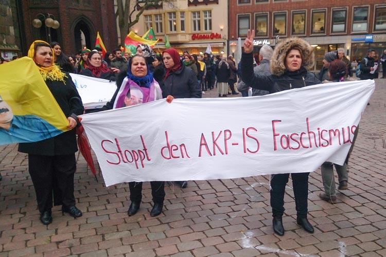 Kurden demonstrieren vor dem Oldenburger Rathaus.