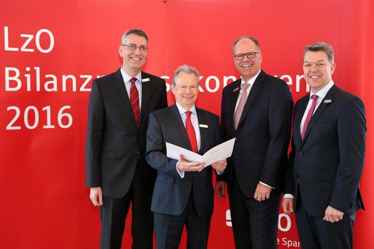 Der LzO-Vorstand Michael Thanheiser, Gerhard Fiand und Olaf Hemker stellten die Bilanz vor.