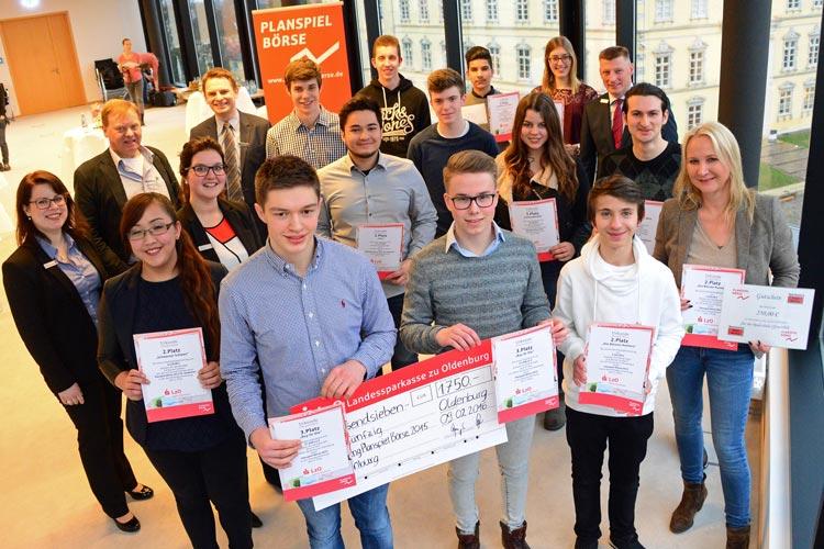 Die Gewinnergruppen werden von Andreas Langer, stellvertretender Direktor der Privatkunden der LzO Regionaldirektion Oldenburg gekürt.