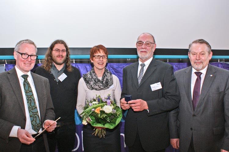 Thomas Feld überreichte in Gegenwart von Dirk Lampe, Hildegard Lampe und Jörg Röhmann, Staatssekretär im Niedersächsischen Ministerium für Soziales, das Goldene Kronenkreuz an Theo Lampe.
