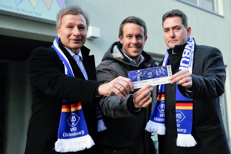 Stefan Könner (GSG), Philipp Herrnberger und Jürgen Müllender (Öffentliche Versicherungen) freuen sich auf die Eröffnung der Blauen Burg, der neuen Heimat des VfB Oldenburg in der Innenstadt.