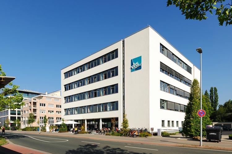 Die Oldenburger Volkshochschule hat ihren Sitz seit 2010 in der Karlstraße und verfügt über 40 Seminar- und Funktionsräume. Im Brockweg 28 befinden sich zudem Kunstwerkstätten.