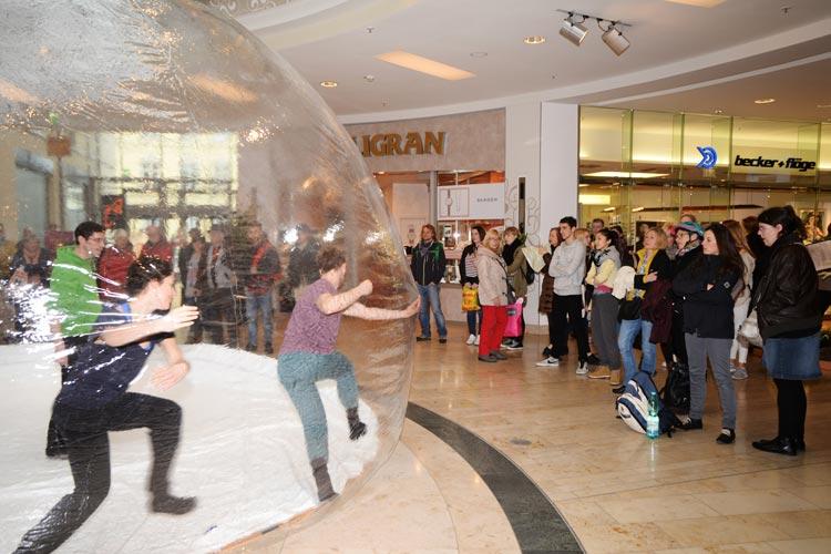Gestern tanzte die BallettCompagnie des Oldenburgischen Staatstheaters mit Passanten in den Schlosshöfen in einer Art Riesenseifenblase.