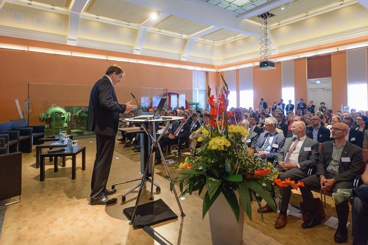 Zum Auftakt der Initiative kamen zirka 150 Vertreter aus der Wirtschaft, Verwaltung und aus Institutionen. Rund 130 Teilnehmer haben sich bereits zum 1. Oldenburger Fachkräfte-Forum angemeldet.