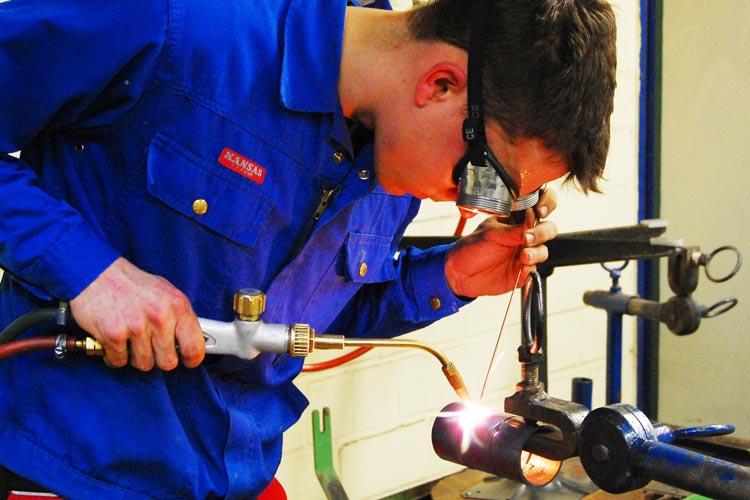 Fachkräfte wie Schweißer oder Metallbauer werden immer wertvoller. Wie Betriebe sie halten können, darüber informiert das Fachkräfte-Forum.