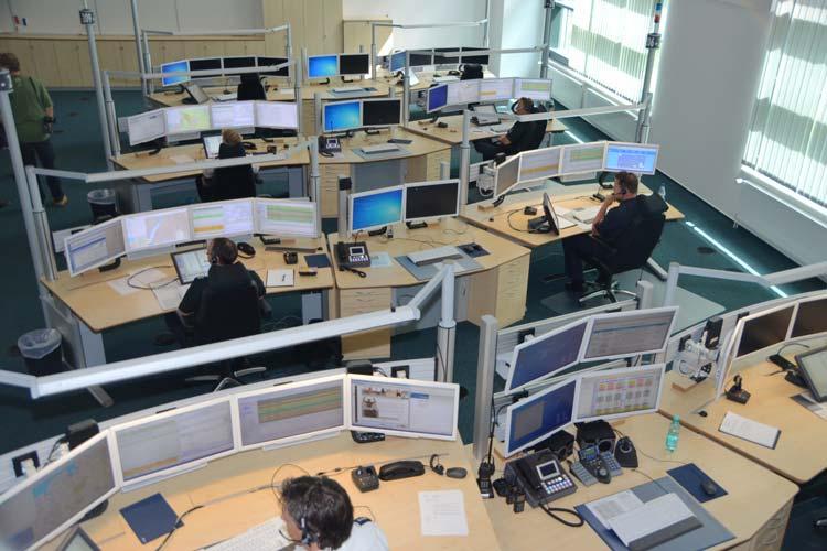 Rund um die Uhr arbeiten die Disponenten in der Großleitstelle Oldenburg, wo die 112-Anrufe eingehen.