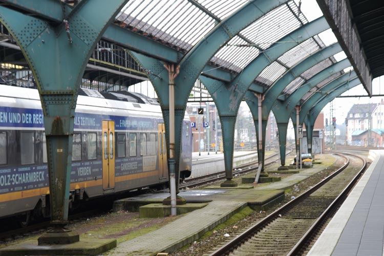 Sofortmaßnahmen sollen die Sicherheit der Fahrgäste gewährleisten. Befürchtet wird, dass die Bahn die denkmalgeschützte Gleishalle des Oldenburger Hauptbahnhofes anschließend abreißen will.