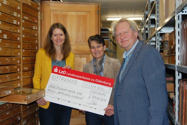 Gabriele Mesch, Geschäftsführerin der Regionalen Stiftung der LzO, überreicht den Spendenscheck bei einer kurzen Begehung des Insektenmagazins an die Abteilungsleiterin der Naturkunde Dr. Christina Burmeister und an den Museumsleiter Dr. Peter-René Becker.