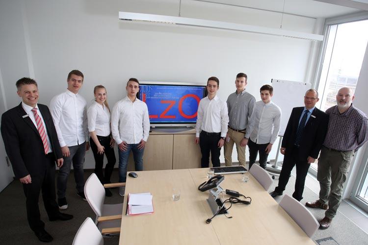 Gerrit Kayser (LzO), Schülerinnen und Schüler der BBS Haarentor, Michael Staack (LzO) und Marco Lüßmann (Lehrer).