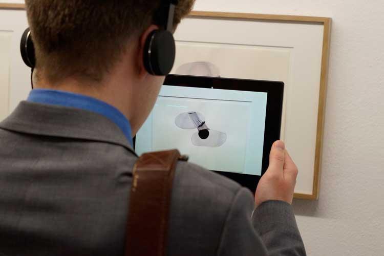 Mit einem Tablet können in der Ausstellung Move The Line im Oldenburger Horst-Janssen-Museum Linien in Bewegung gebracht werden.