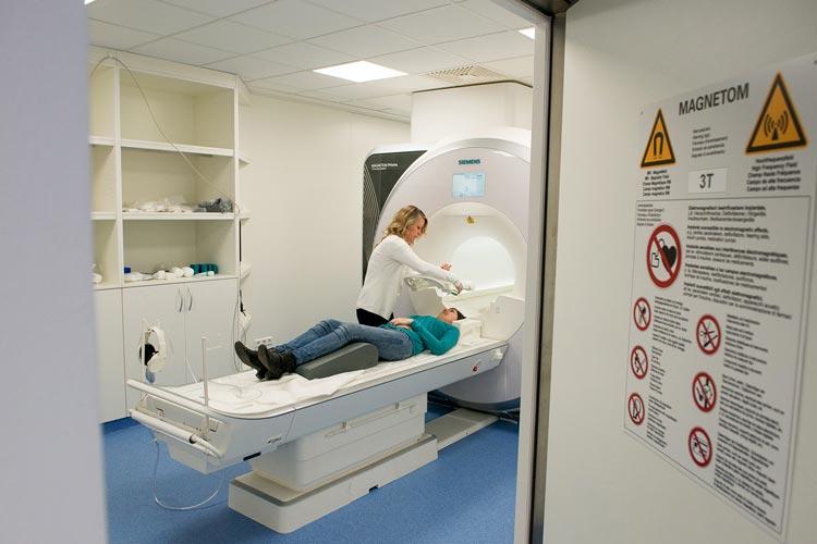 Der neue Magnet-Resonanz-Tomograph der Universität Oldenburg kommt erstmals in einer Studie zum Gehirn von Schmerzpatienten zum Einsatz.