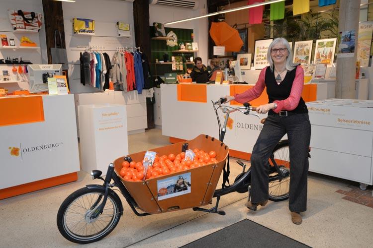 OTM-Geschäftsführerin Silke Fennemann wird mit ihrem Team während des ersten Oldenburger Fahrradfestivals Hallo Fahrrad Regenponcho-Notfallkugeln verteilen.