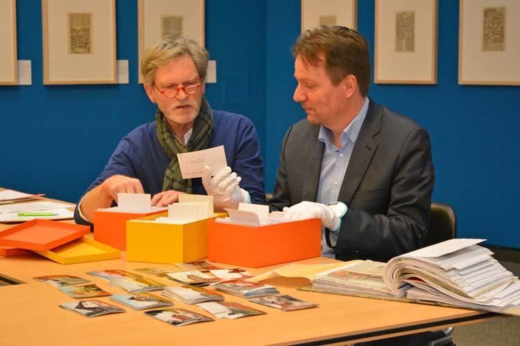 Friedrich Precht und Dr. Andreas von Seggern stöbern in einigen Kisten des Fotoarchivs im Oldenburger Stadtmuseum.