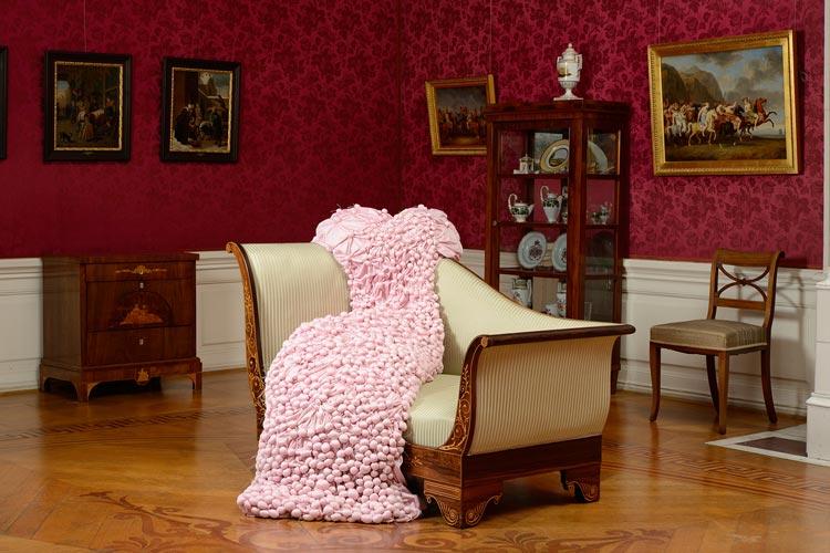 Dieses rosafarbene Kleid ist im Roten Salon des Oldenburger Schlosses im Rahmen der Ausstellung Stichproben zu entdecken.