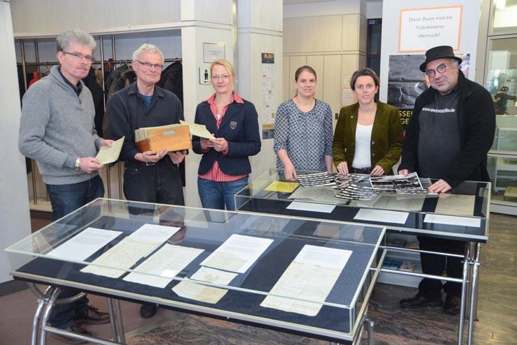 Claus Ahrens, Gerd Steinwascher, Karin Jens, Kerstin Sturm, Romy Meyer und Ali Zahedi laden zum Tag der Archive am 5. März in Oldenburg ein.
