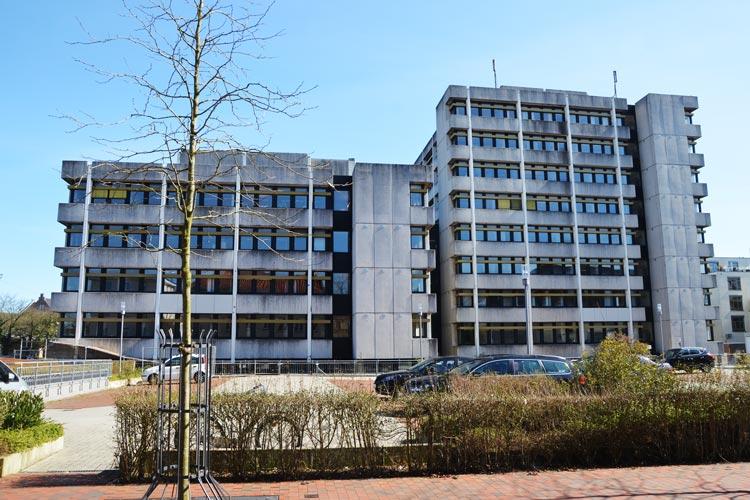 Sicherheitszäune umgeben zurzeit das marode Finanzamtsgebäude an der 91er Straße in Oldenburg, das die Mitarbeiter im nächsten Jahr verlassen müssen.
