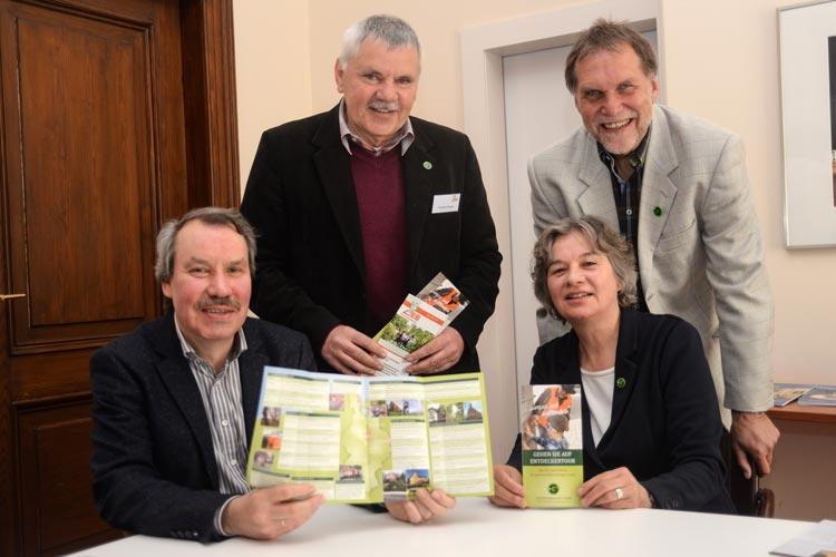 Dr. Michael Brandt (Geschäftsführer der Oldenburgischen Landschaft), Friedrich Reuter, Irmtraud Eilers und Bernd Munderloh präsentieren das Programm des 3. Erlebnis-Tages der Gästeführung im Oldenburger Land.