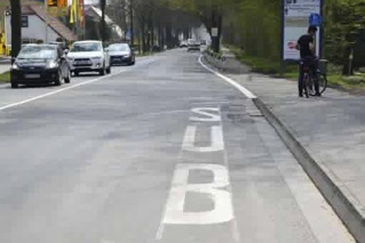 Für viel Spaß sorgte heute die neue Aufschrift vor der Bushaltestelle an der Alexanderstraße am Eingang zum ehemaligen Fliegerhorst.