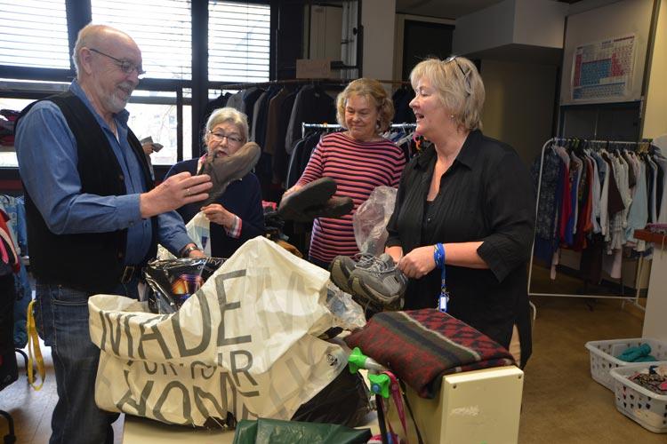 Sigrun Spaeth hat mit über 20 Helferinnen und Helfern eine Kleiderkammer in der Flüchtlingsunterkunft Willersstraße in Oldenburg aufgebaut und betreut sie.