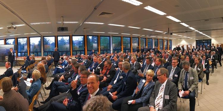 Führungskräfte blicken beim 25. Kontaktpunkt Wirtschaft der Stadt Oldenburg in digitale Zukunft.