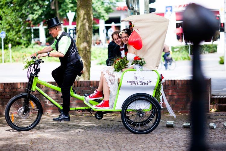 Statt Pferdekutsche oder Limousine: In Oldenburg kann es nach der Trauung auch mit einer Rikscha durch die Stadt gehen.