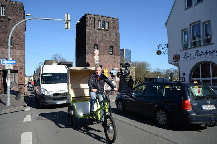 Es gibt in Oldenburg mehr Fahrräder als Bürger – 1,5 pro Kopf. Und so manch einer lässt sich fahren: von Erwin Juhl mit seiner Rikscha.
