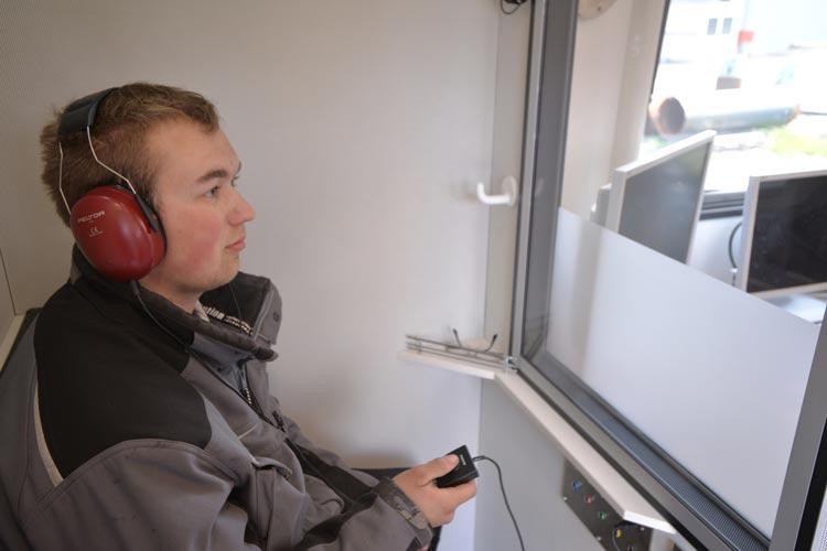 Rune Drieling ist einer von 450 Azubis bei Bau ABC, der sich hier gerade auf seinen Hörtest vorbereitet.