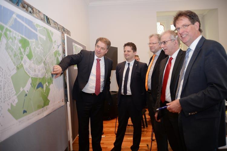 Oberbürgermeister Jürgen Krogmann, Dr. Sebastian Lehnhoff, Dr. Martin Fränzle sowie Roland Hentschel und Klaus Wegling möchten Oldenburg auf den Weg zur Smart City bringen.