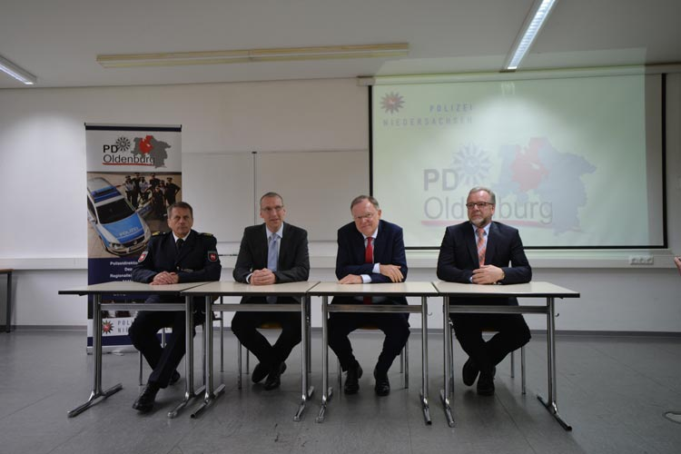 Ministerpräsident Stephan Weil informierte sich in Oldenburg bei Bernd Deutschmann, Polizeivizepräsident, Arne Schmidt, Leiter der Soko Kardio, und Polizeipräsident Johann Kühme über die Arbeit der Soko.