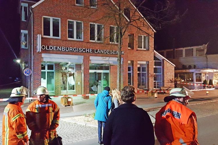 In der vergangenen Nacht wurde in Rastede gegen 2.40 Uhr der Geldautomat einer Filiale der Oldenburgischen Landesbank gesprengt.