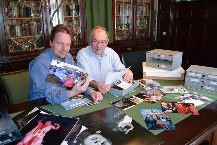 Andreas von Seggern (links) und Peter Kreier stöbern in den Fotos des umfangreichen Archivs.