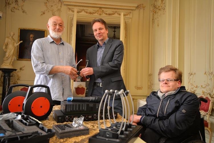 Ulrich Hartig übergibt im Oldenburger Stadtmuseum die Ringschleifenanlage an Andreas von Seggern und Peter Dresen.
