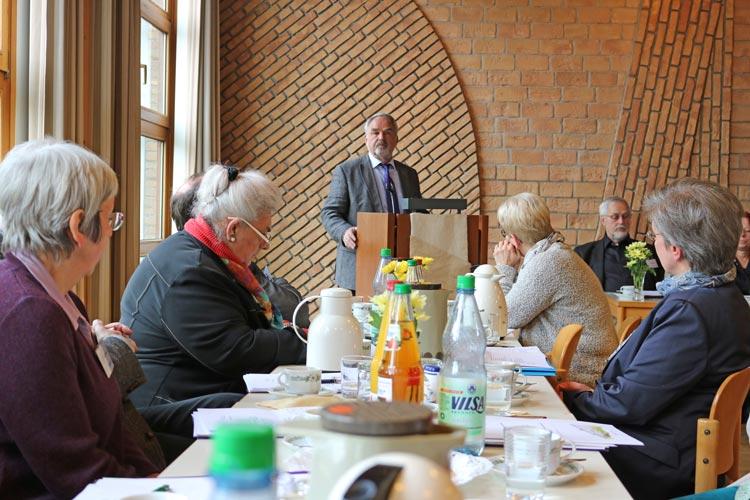 Thomas Kossendey, Präsident der Oldenburgischen Landschaft, bei der Diakonischen Konferenz im Gemeindesaal der Martin-Luther-Kirche Oldenburg-Dietrichsfeld.