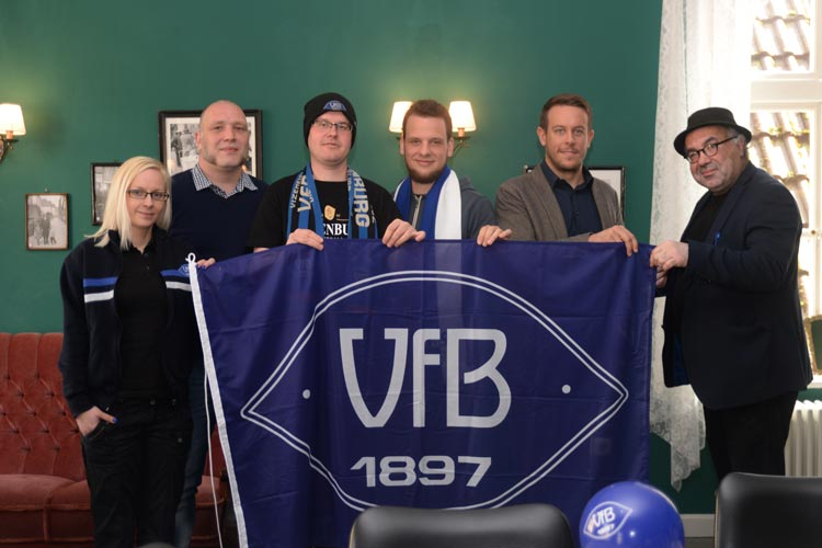 Katharina Kunze, Olaf Gurk, Jan Krieger, Jendrik Punke, Philipp Herrnberger und Farschid Ali Zahedi sind begeistert von dem Filmprojekt Zwischen Himmel und Hölle – 120 Jahre VfB Oldenburg.