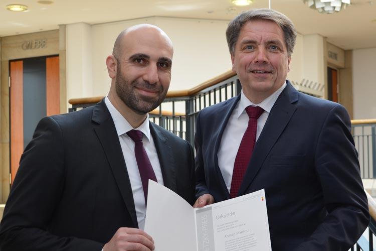 Oldenburgs Oberbürgermeister Jürgen Krogmann überreichte Ahmad Mansour heute Abend in Oldenburg den mit 10.000 Euro dotierten Carl-von-Ossietzky-Preis der Stadt Oldenburg.