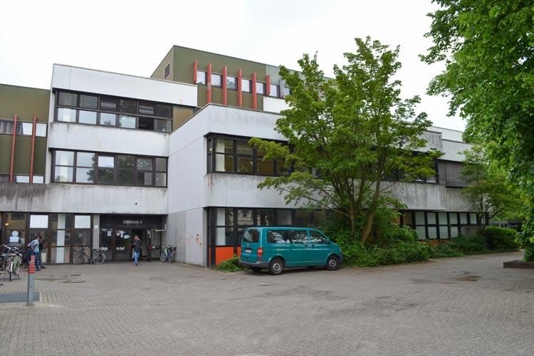 In einer ehemaligen Berufsschule in Oldenburg-Donnerschwee soll ein syrischer Junge schwer sexuell missbraucht worden sein.