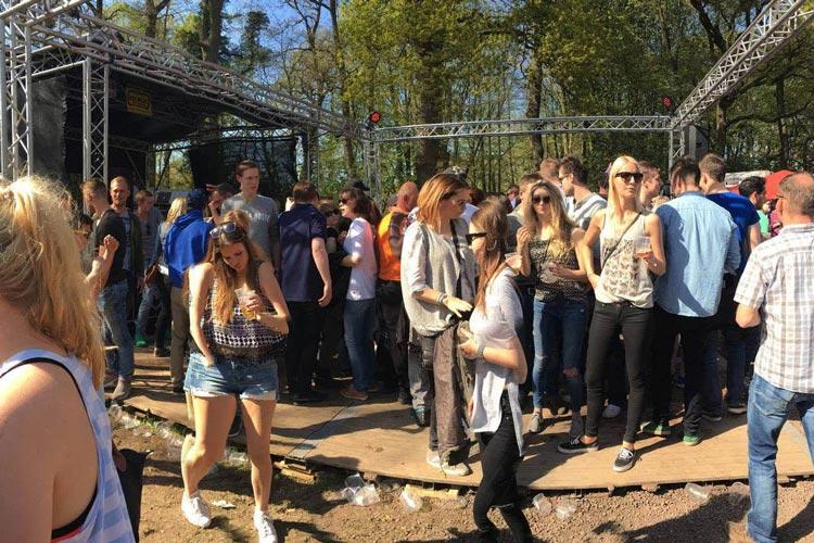 Bei der Kultparty rund um den Drögen Hasen in Oldenburg kamen mehr als tausend Besucher zum traditionellen Frühtanz zusammen.