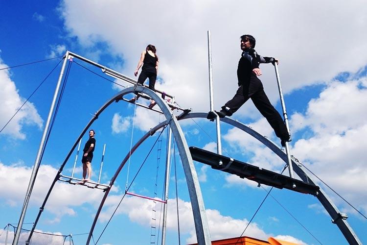 Weltpremiere: Gravity is a Mistake baut das Trapez vor dem Oldenburger Schloss auf und wird an fünf Abenden des Kultursommers abheben. width=