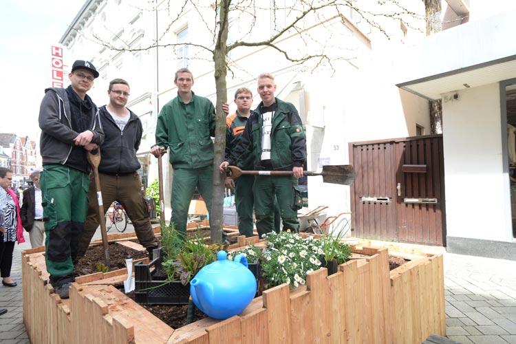 Die Gartenbauauszubildenden der Gemeinnützigen Werkstätten Oldenburg Tom Adam, Julien Gerhus, Stefan Janssen, Kevin Scheumer und Alexander Golz haben die Hochbeete in der Oldenburger Haarenstraße gebaut.