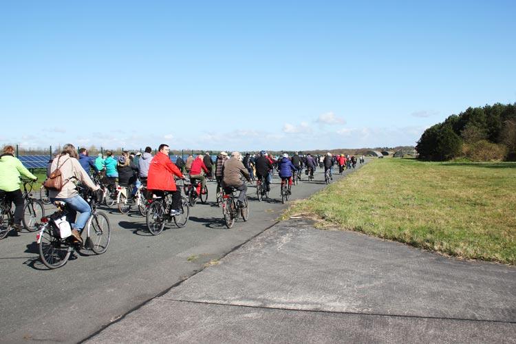 Das Interesse an der Entwicklung des ehemaligen Fliegerhorstes hält unvermindert an, die Stadt bietet daher drei weitere Fahrradtouren an.