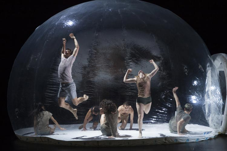 Die BallettCompagnie Oldenburg tanzt City Moves in einer Bubble.