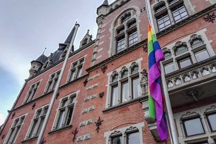 In Oldenburg wurden die CSD Flaggen auf Halbmast gesetzt.