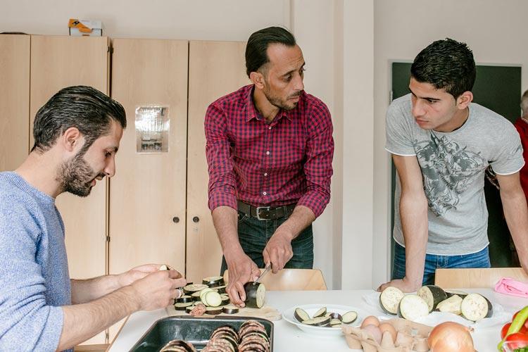 Mohammed, Ahmed und Baraa (von links) beim Kochen in der Flüchtlingsunterkunft in Oldenburg-Tweelbäke.