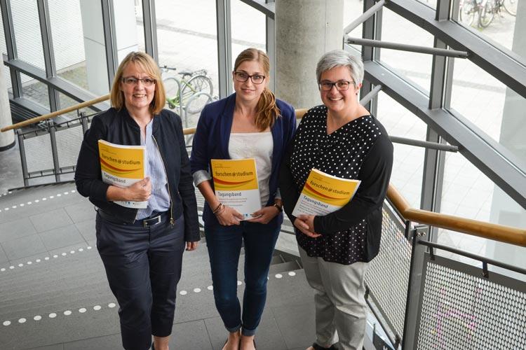 Sabine Kyora, Laura Goetz und Susanne Haberstroh informierten über forschen@studium, die erste Konferenz zu studentischer Forschung in Oldenburg.
