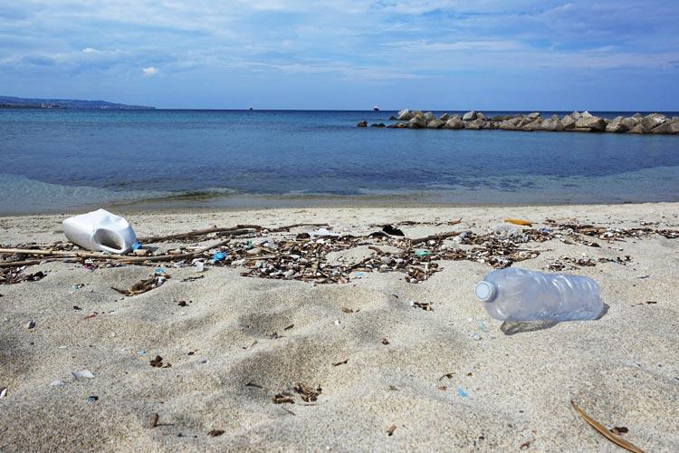 Bis zu 13 Millionen Tonnen Kunststoff gelangen jedes Jahr von Land aus ins Meer.