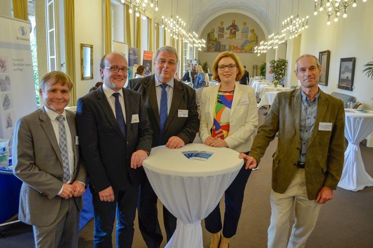 Dr. Matthias Pulz, Dr. Robin Köck, Dr. Jörg Herrmann, Dr. Kerstin Wahlers und Prof. Dr. Markus Dettenkofer (von links) entwickeln Konzepte, um die Schlagkraft von Antibiotika wieder zu erhöhen.